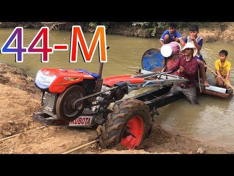 Tractor KUBOTA RT 140 Pull Tractor HINOTA HG Gold 155 Transport Water Stuck In The River
