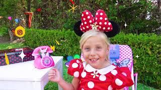 Alicia y hermanas juegan con nuevos Minnie Mouse juguetes