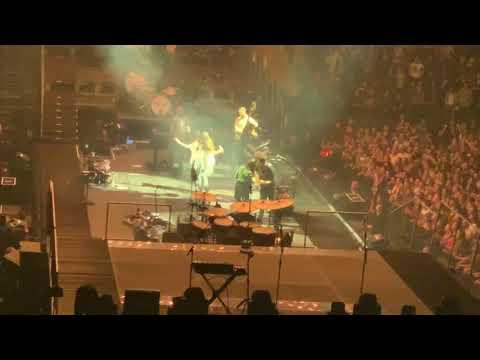 Mumford & Sons ft Maggie Rogers - Awake my Soul - Live (2018)