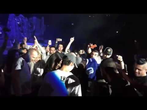 Travis Scott passa il microfono e fa cantare un fan al suo concerto