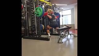 보디빌더 농구 가드의 스플릿스쿼트100kg 11개