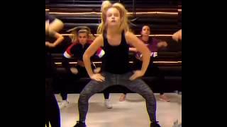 Easy Easy Tamam Tamam Salonda Dans Sarışın Kız