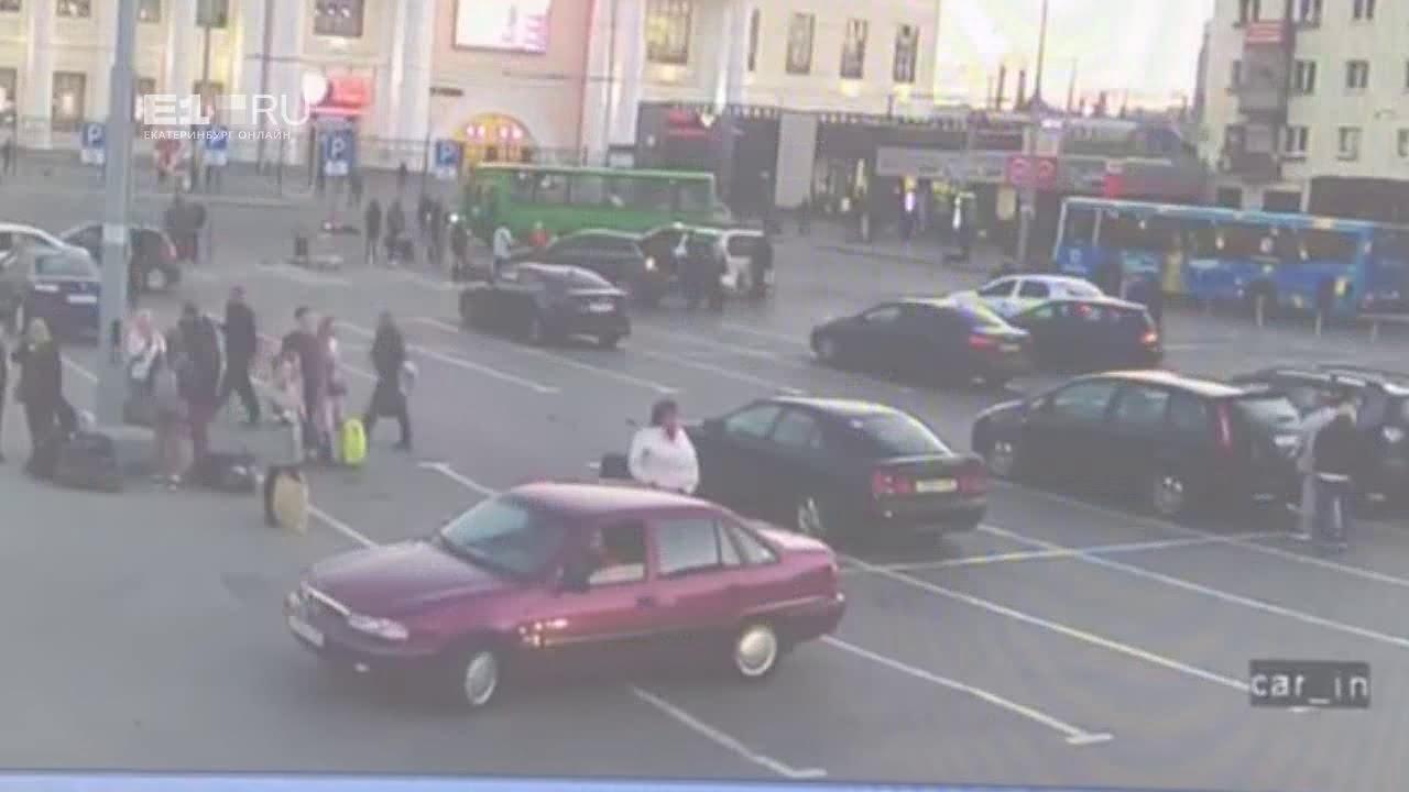 18+ Камера наблюдения сняла, как автобус сбил женщину возле вокзала в Екатеринбурге