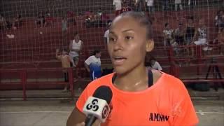 Jogadora de Futsal leva chute na cara por inveja.