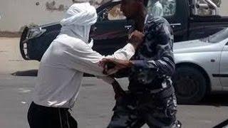 بالفيديو شاب موريتاني يحاول قتل احد أفراد مسغارو ههههههه