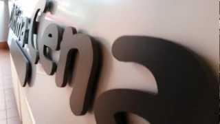 slo&gan insegna in forex su sottofondo in alluminio