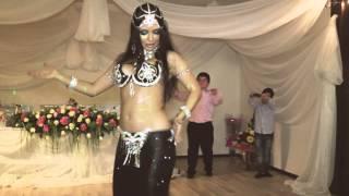 Прикол на свадьбе. Мальчик пародирует танец живота/boy parodies a belly dancer