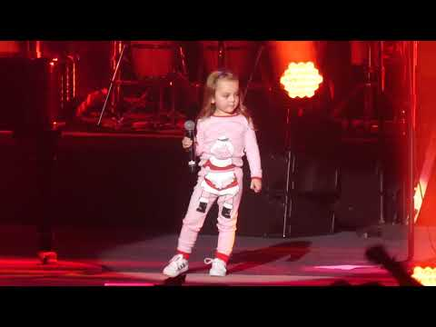 Holidays - Billy Joel brings his 3 year old daughter onstage to sing