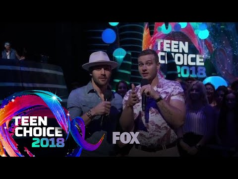 Oliver Stark & Ryan Guzman Introduce Foster The People | TEEN CHOICE