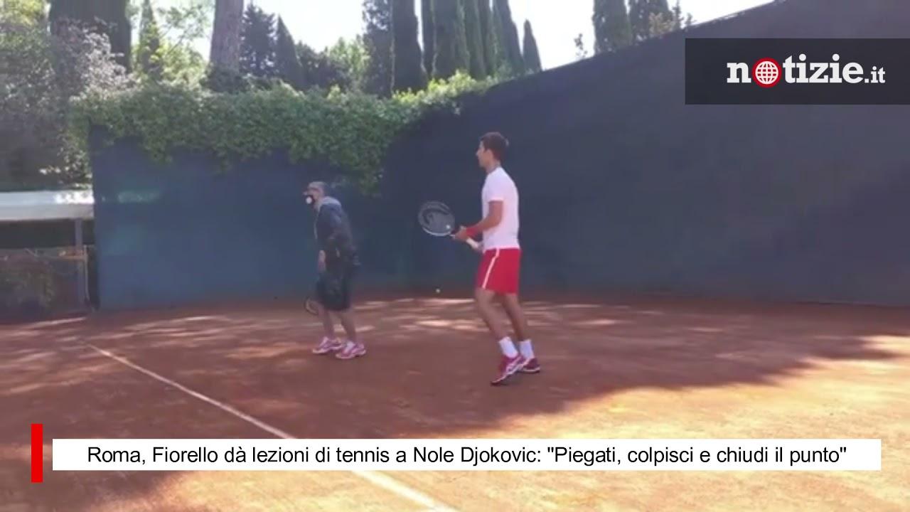 """Roma, Fiorello dà lezioni di tennis a Nole Djokovic: """"Piegati, colpisci e chiudi il punto"""""""