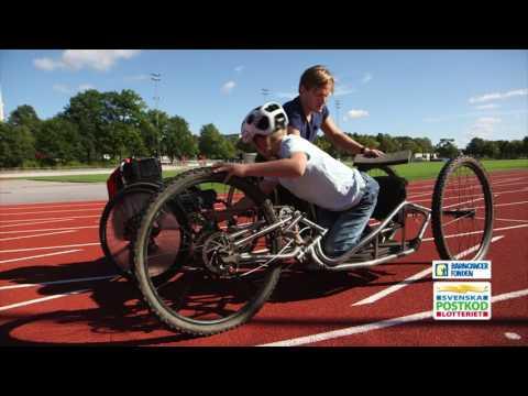 Aron Anderson visar William tricks med rullstol
