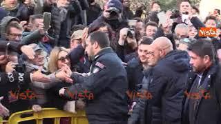 Salvini acclamato ad Afragola, c'è chi gli bacia la mano