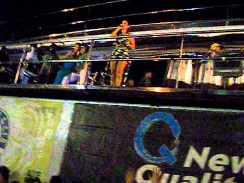 1404 - Ivete Sangalo lê cartaz do Estação Sangalo em show no Rio de Janeiro