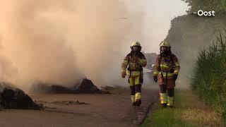 Kanaalweg in Gramsbergen ligt vol met brandend hooi na kortsluiting tractor