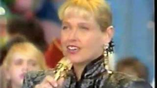 "Performance da música ""I Love You Xuxu"" no programa ""Xou da Xuxa"" e..."