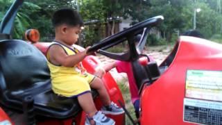 Repeat youtube video น้องออมสินเล่นขับรถไถ มันส์มาก