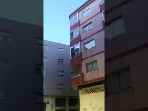 Un 'gaiteiro' anima a los vecinos del Marín desde su balcón