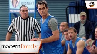 Video Phil Shoots, Phil Scores - Modern Family 8x16 download MP3, 3GP, MP4, WEBM, AVI, FLV Agustus 2017