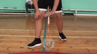 Игра с ракетками на уроке физической культуры.