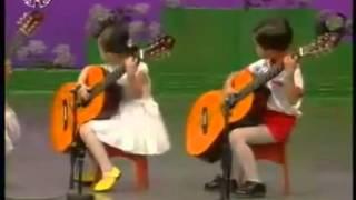 5 em bé Triều Tiên đánh ghi ta cực chất dễ thương cực kỳ