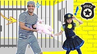 ANNY Finge Brincar Ser POLICIAL e salva a BEBÊ REBORN /  KIDS PRETEND PLAY WITH POLICE COSTUME
