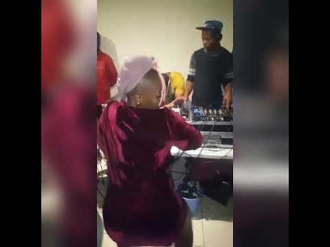 Nelly Mawaza Dancing For SenyaEntertainment - Woza Buyelakhaya Wololooo Mapiano Session