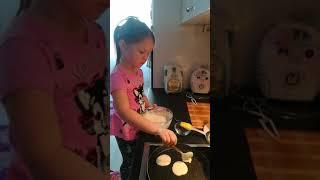 Настя готовить блины