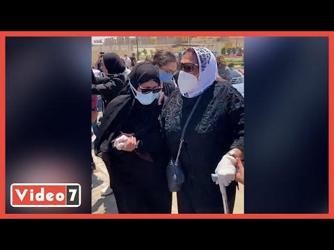 انهيار شقيقة سمير غانم من البكاء عقب وصولها مسجد المشير لتشيع جثمانه