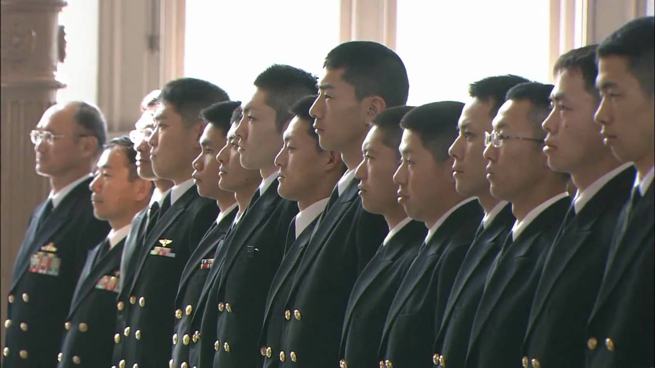 海上自衛隊幹部候補生学校で卒業式 - YouTube