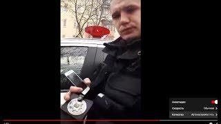 Полицейский инвалид прячет от камеры жетон