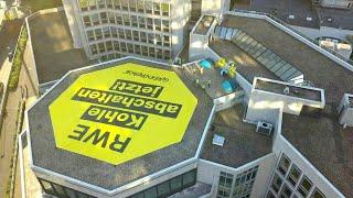 Gegen kohle: greenpeace plakatiert rwe-zentrale   afp