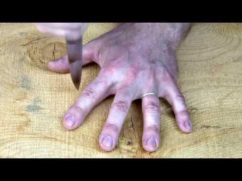 ナイフ・フィンガー・ゲーム。指の間にナイフを突き立てるゲーム