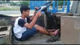 menino imita caminho com pente na turbina