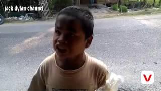 Sahrul sangat bahagia ketika di kasih kerupuk dan minuman dingin sama jack.