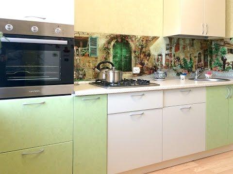 Совмещенная кухня со стеклянным фартуком, барным модулем и пристенным шкафом