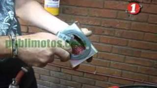 limpieza o cambio del filtro de aire en una moto video