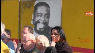 Noi con Salvini e La Destra gridano ''Prima gli italiani'' alle spalle di Barry White che sorride