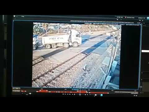 כמעט אסון ברכבת: משאית נתקעה על מפגש מסילה