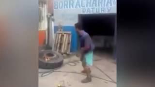 Горящая шина взорвалась и оставила человека без штанов
