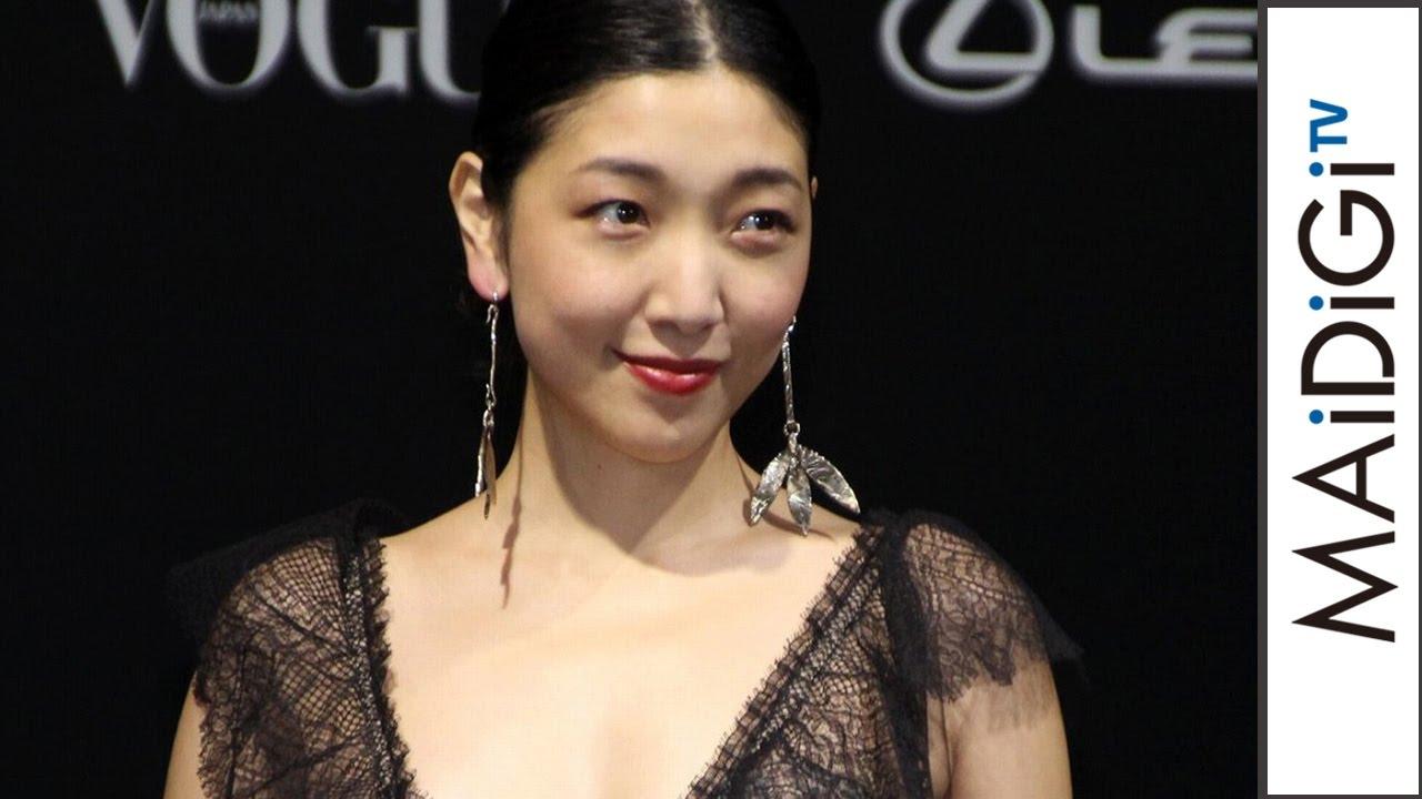 安藤サクラ: 安藤サクラ、胸元ざっくりセクシードレスで魅了 「VOGUE JAPAN