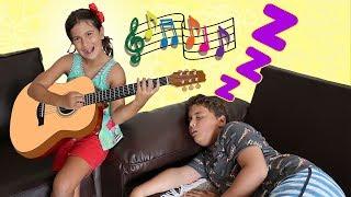Maria Clara acorda JP com instrumentos musicais / Pretend Play with Musical Instrument Toys for Kids