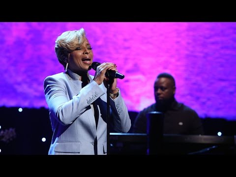 Mary J. Blige Performs 'Right Now'
