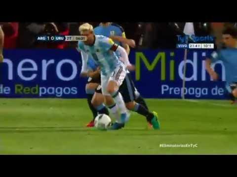 El caño de Messi ante Corujo en Argentina-Uruguay