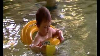 Плавание малышей в бассейне
