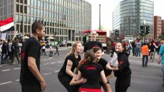 Titans Berlin Cheerleader beim Ampelstunten in Berlin