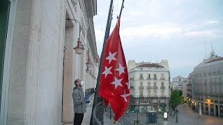 شاهد: إسبانيا تنكس الأعلام حزنا على ضحايا فيروس كوفيد-19