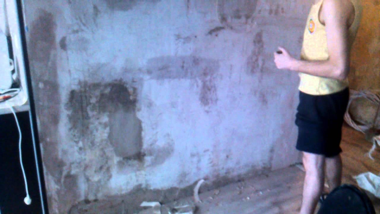 Очищаем стену от остатков обоев