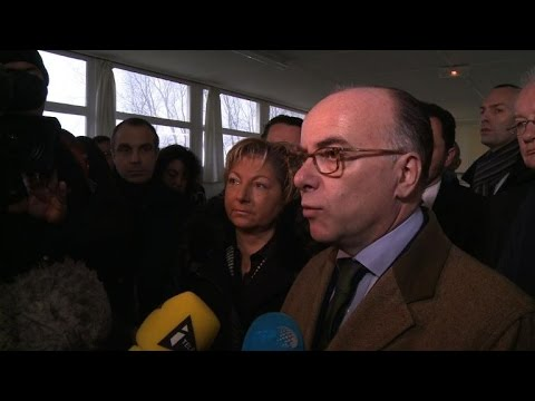 """Calais: Cazeneuve souhaite """"développer les centres d'accueil"""""""