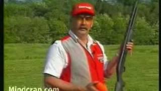ショットガンを自在に操る老インストラクター thumbnail