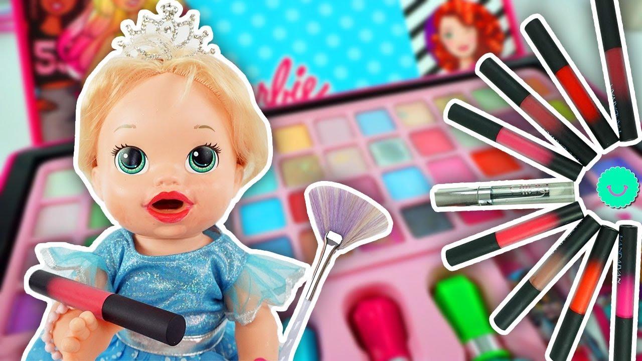 Sara se pinta los labios con muchos Lipstick de colores